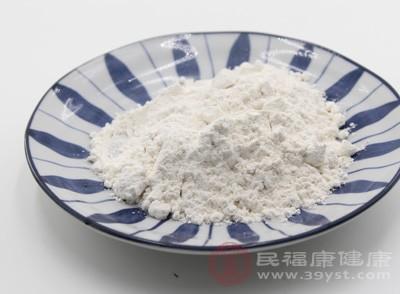 用筷子或手在面粉中间扎个小洞