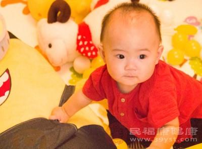 宝宝吃完奶打嗝怎么办 宝宝怎么治疗发烧