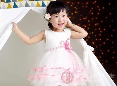 这位六岁的小女孩叫做雯雯,周围的邻居和学校里的老师都夸赞她跳舞很美,像个仙女一样