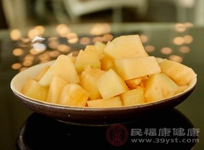 哈密瓜中含有维生素及钙、磷、铁等十多种矿物质