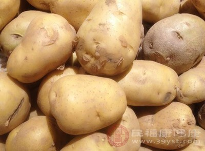 做法:①小土豆清洗干净,放入锅中