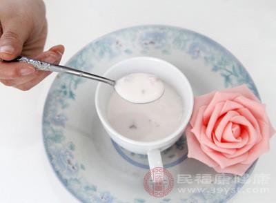 酸奶中含有孕期需要大量摄入的钙质,而强烈的酸味也能让有孕吐的孕妇更易接受,而其中含有的乳酸菌还能够为不少孕妇解决孕期便秘的困扰
