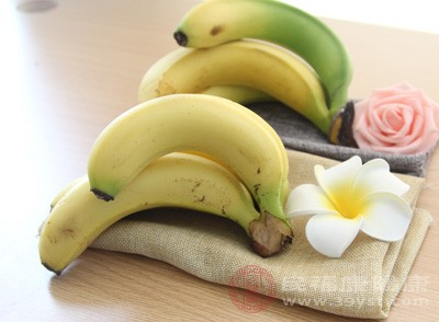 香蕉含有丰富的维生素和矿物质,可以很容易地摄取到各式各样的营养素,所以我们每天早上可以先吃根香蕉,这样又可以吸收营养又可以当早饭吃