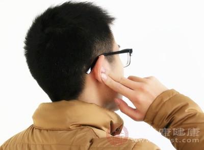 拇指沿耳轮边缘上下来回摩擦36下