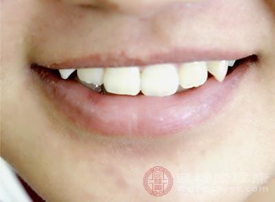 很多人就会用舌头舔嘴唇或咬嘴唇