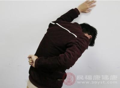 腰间盘突出是下腰痛和坐骨神经痛,由于腰部是人体活动的枢纽,承受了很大的挤压和扭转应力,故腰部的椎间盘易发生变性破裂