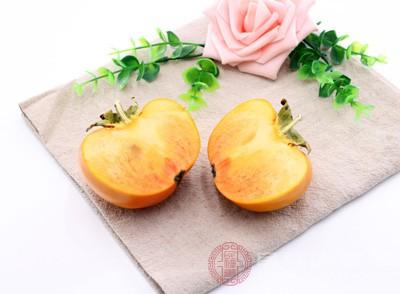 常食鲜柿子,可以养颜、治疗黄褐斑。把鲜柿加工成柿饼后,每天吃3-5个,则有美容去斑的奇效