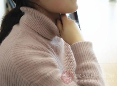 一般更年期的妇女喉咙总是有异物,咽不下去也吐不出来,这种情况很有可能是食管癌,患者这种病后,人会逐渐的消瘦