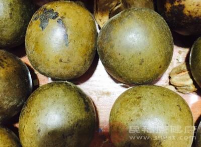 罗汉果口感甜美可以解馋,热量又很低,所以很适合减肥瘦身,并且还美容养颜