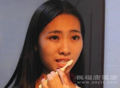 刷牙出血是牙龈存在炎症的早也是好发现的症状