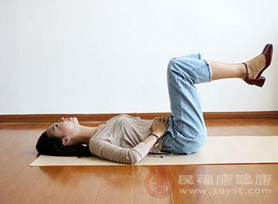 不要直接睡地板。地板湿气重,容易入侵体内,造成四肢酸痛