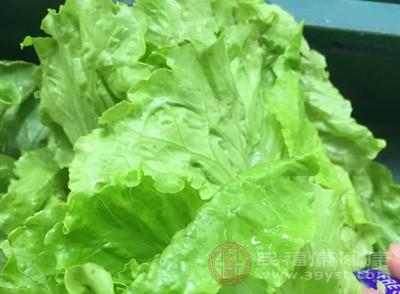 如果是在家自己做饭的话,尽可能多煮一些青菜,如果是在外面吃一桌子都是肉的话,也要注意控制食量,尽量不要给肠胃增加负担