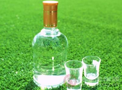 酒精本身可直接损害胃粘膜,酒精还能引起肝硬化和慢性胰腺炎,因此会加重胃的损伤