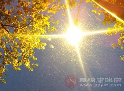 人在低烧的情况下,是有些畏光的,不喜欢在阳光的照射下,并且会感到很难受