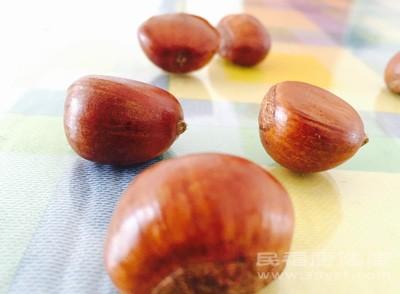 呼着热气在冬天吃着热腾腾的糖炒栗子是很多人小时候温暖的回忆,它也因香甜软糯的口感成为春节期间让人首选的年货之一