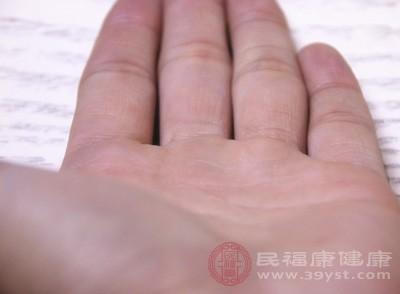 双手总是很湿润,手部肌肤没有干爽的生活情况,便会导致脱皮这类情况出现,这是由于长时光将双手泡在水中,或双手很湿润,会让手部肌肤变皱,掉去弹性,从而导致脱皮这类情况出现