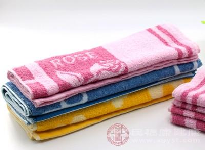 把干净的毛巾用温热的水浸透