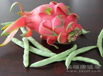 火龙果含有丰富的矿物质和维生素。富含维生素c,可以消除氧自由基,具有美白皮肤的作用