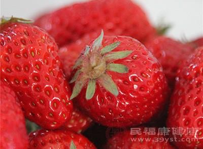 在平时多吃一点草莓可以帮助我们预防坏血病的出现