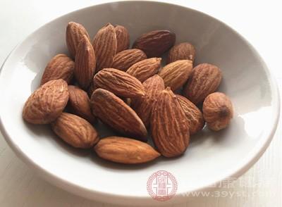 杏仁还具有美容的功能,现代研究证实,苦杏仁中所含的脂肪油可使皮肤角质层软化,润燥护肤,有保护神经末梢血管和组织器官的感化