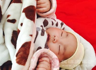 配方奶粉比较容易让宝宝上火,出现便秘现象,我们建议新手妈妈们还是采用母乳喂养比较健康,能够很大程度的缓解宝宝的便秘问题
