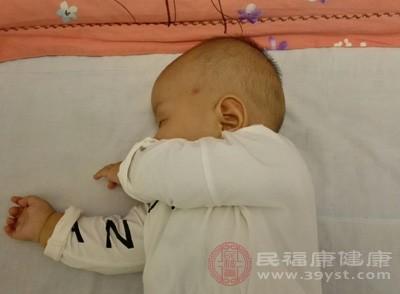 喂奶也是能够缓解宝宝打嗝的