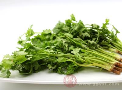香菜营养丰♂富,水分含量很高,可达90%;香菜内含维生素c、胡萝卜素、维生素b1、b2等,同时还含有丰富的矿物质,如钙、铁、磷、镁等。香菜内还含有苹果酸钾等
