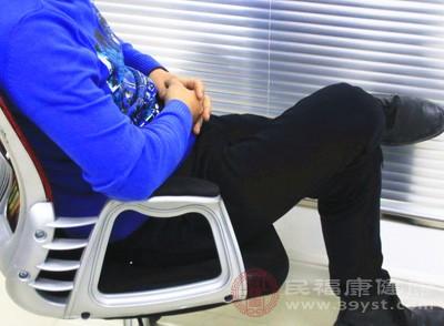 长期的久坐会致使男性的下半身血液循环不畅