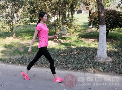 跑步是一种非常好的运动方式,大家可以在健身房里的跑步机上跑步,也可以到野外跑步