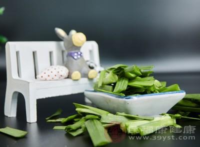 哺乳期妈妈避免吃韭菜,因为韭菜吃多了会影响下奶,导致奶水不足,严重时甚至会让妈妈断奶
