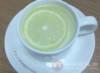 孕吐早晨比较严重,所以孕妇在早晨起床后可以喝一杯新鲜的柠檬汁或者是番茄汁,或者在起床后要吐之前喝一点白开水