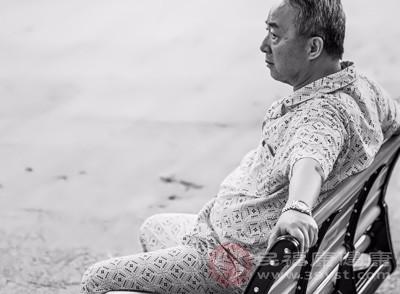 早期老年痴呆病人常有感情脆弱的表现