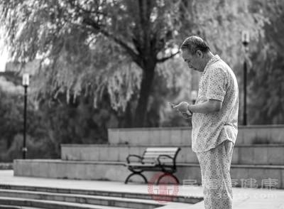早期老年痴呆病人会有性格上不合理的变化,如易害怕或疑神疑鬼,猜忌别人或怀疑自己得了什么病