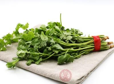 香菜,伞形科芫荽属一年生或二年生草本,原产地中海沿岸,常以嫩叶作调料蔬菜食用