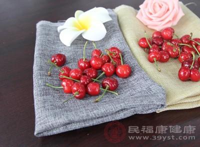 樱桃的含铁量特别高,常食樱桃可补充体内对铁元素的需求,促进血红蛋白再生,既可防治缺铁性贫血,可增强体质,健脑益智