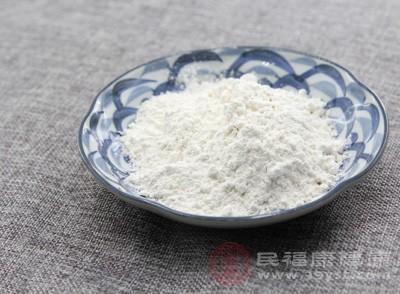 面粉和糖一起过筛到盆中,加入软化后的黄油搓成粗玉米粉的状态