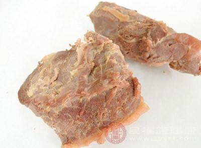 肉、谷类、深绿叶蔬菜及含钙丰富的食物