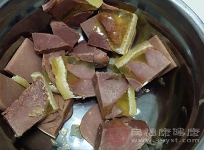 生姜与狗肉一起各异,容易引起腹痛,尤其是阴虚内热者,更加不适宜,如果要放,只能放一点点