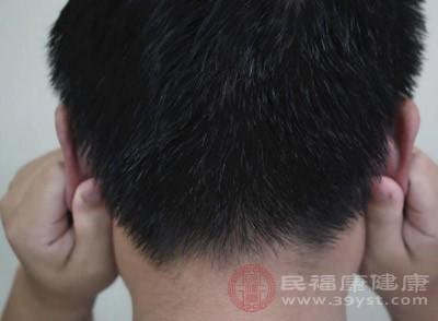用两手分别按摩左右耳郭,反复按压和摩擦一两分钟