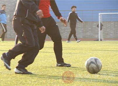 踢足球的好处 踢足球的危害不可忽视