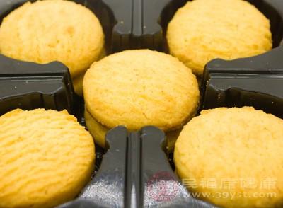 另外味道浓重的饼干,由于糖盐含量过高也要少吃