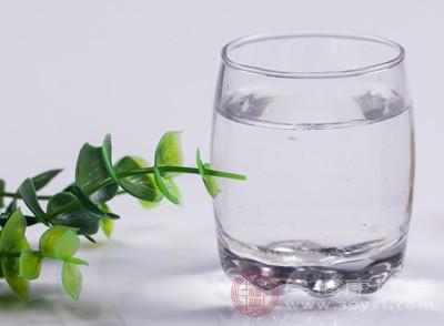 一旦脱水,皮肤上细小的皱纹和纹理将会变深。水是天然的美容霜,喝水能为皮肤细胞补充水分,使它们更饱满,让人看起来更年轻