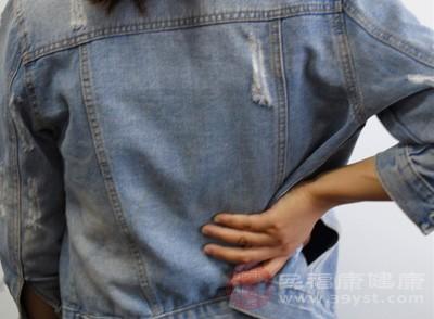 将手掌搓至手心发热后,分别放到腰部,手掌在上面上下按摩腰部直至产生热感为止