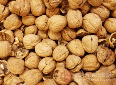 经常的食用干果也是可以预防心脏病的发生的,核桃含有大量的植物甾醇