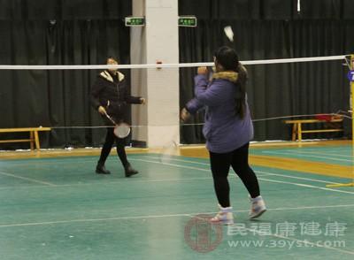 打羽毛球的好处 羽毛球发球遵循这些规则