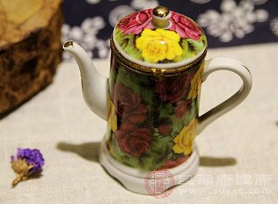 一般品饮茉莉花茶的茶具,选用的是白色的有盖瓷杯