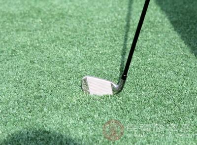 第一步,走到一個即看得見旗桿,又看得見球的地方,估算出大概距離,然后回到球位旁,想象透視障礙看到旗桿
