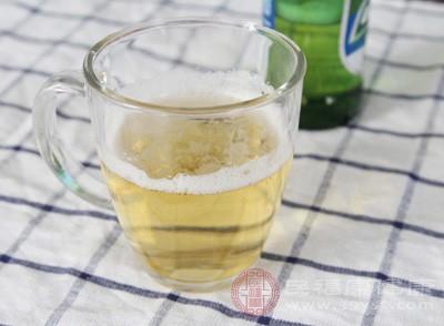 啤酒在日常生活中是比较常见的,而且大多数人都喜欢喝它,但是常喝啤酒的女性感染牛皮癣的风险更大