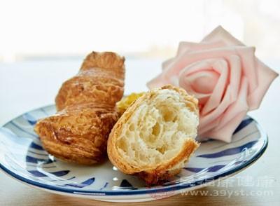 先吃点面包填胃,再喝牛奶即解渴又能润肠胃