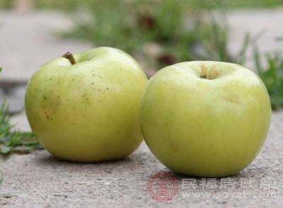 """苹果。科学家经过实验发现,""""红皮""""瓜果蔬菜中所含的某些植物成分,可以有效遏制肿瘤细胞中蛋白质的生长"""
